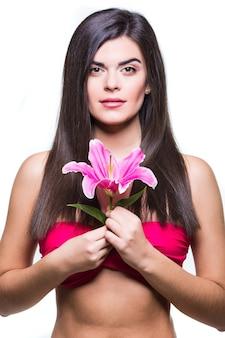 Красивая улыбающаяся женщина с лилией на белом фоне