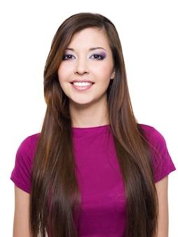長い茶色の髪を持つ美しい笑顔の女性-白で隔離