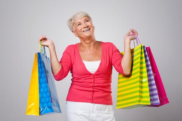 Bella donna sorridente con le borse della spesa