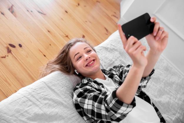 スマートフォンで笑顔美人