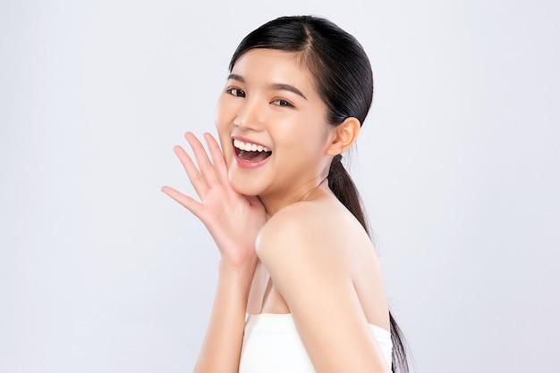 きれいな肌、ナチュラルメイク、白い歯を持つ美しい笑顔の若いアジア女性
