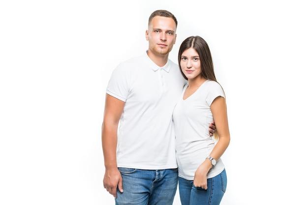 Belle giovani coppie sorridenti isolate su priorità bassa bianca