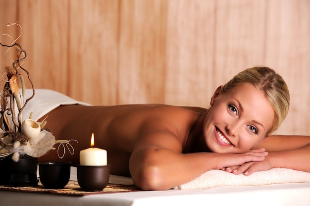 Bella giovane donna sorridente relax nel salone della stazione termale
