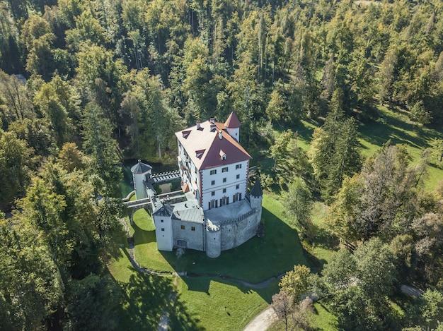 Красивый замок снежник в снежнике, словения
