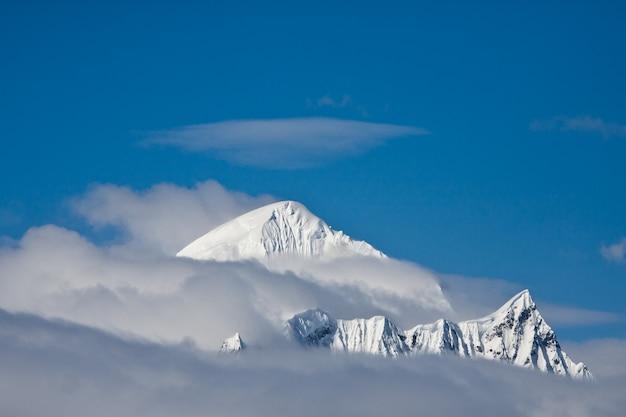 남극의 푸른 하늘을 배경으로 아름다운 눈 덮힌 산