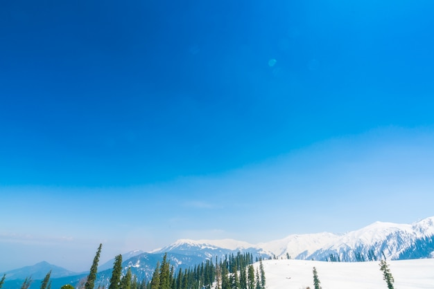Красивые заснеженные горы пейзаж кашмирское государство, индия.