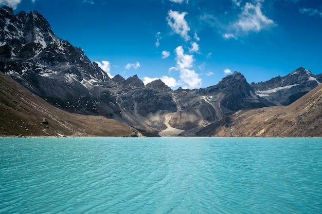 아름 다운 눈 덮힌 호수와 산
