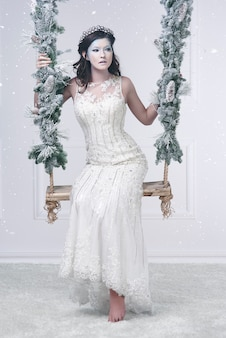 Красивая снегурочка на качелях
