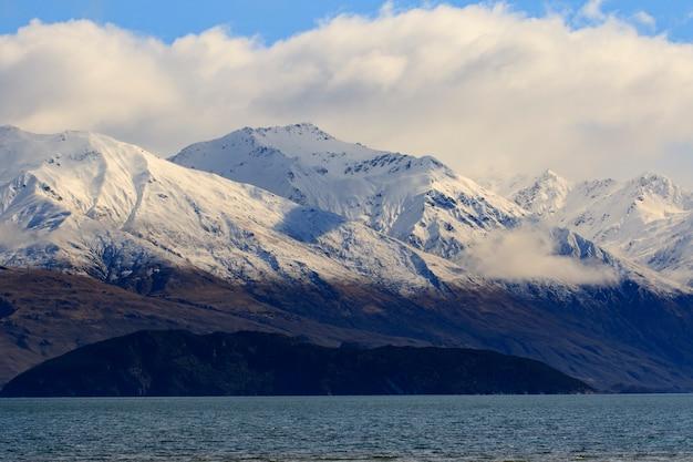 ワナカタウンニュージーランドの美しい雪の山