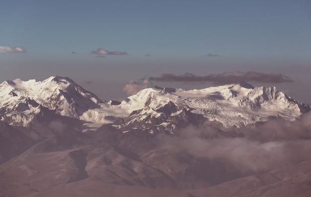 美しい雪をかぶった高山のパノラマ