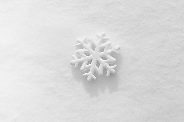 Красивая снежинка на естественном сугробе, крупным планом