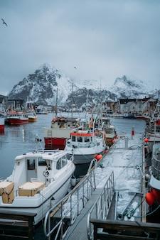 ノルウェーの美しい雪に覆われた漁港