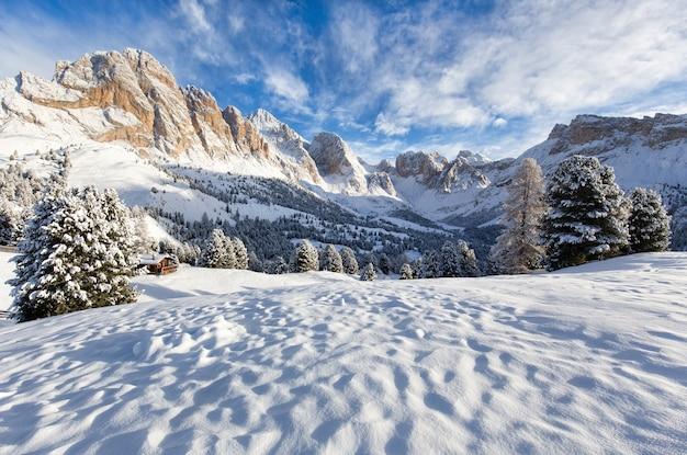 Bellissimo paesaggio innevato con le montagne