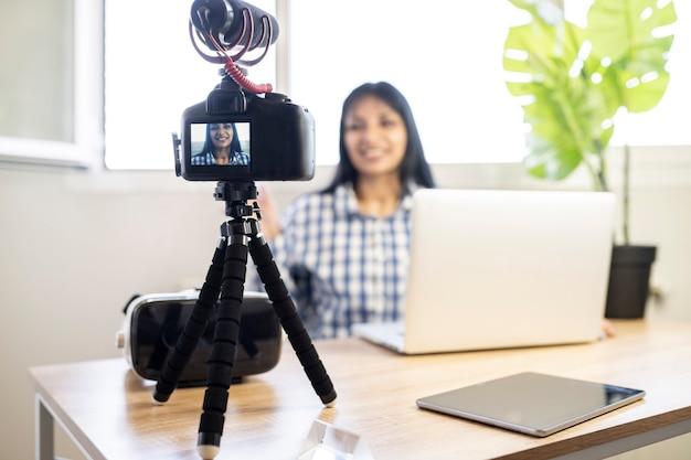 自宅でブログをやっている美しい南アメリカの女性