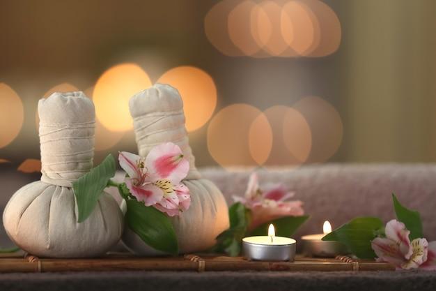 Красивая спа-композиция с массажными компрессионными шариками и свечами на размытом фоне