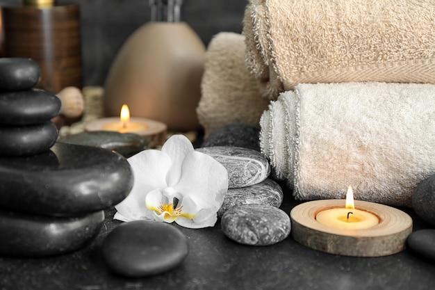 돌과 테이블에 난초 꽃과 아름 다운 스파 구성