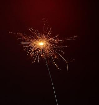 赤い表面に美しい線香花火