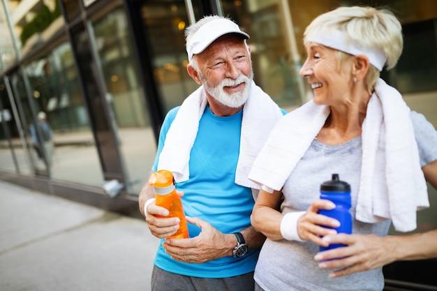 달리기와 조깅으로 건강을 유지하는 아름다운 스포티 수석 부부