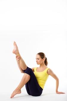 Красивая спортивная женщина делает упражнения, изолированные на белом фоне в полную длину