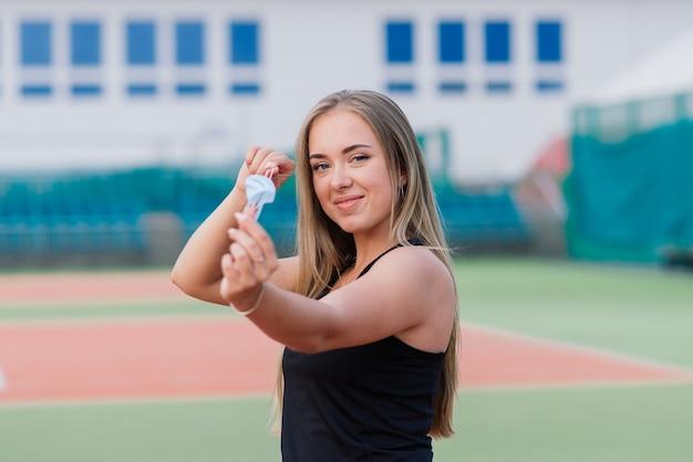 テニス場の美しいスポーティな女性