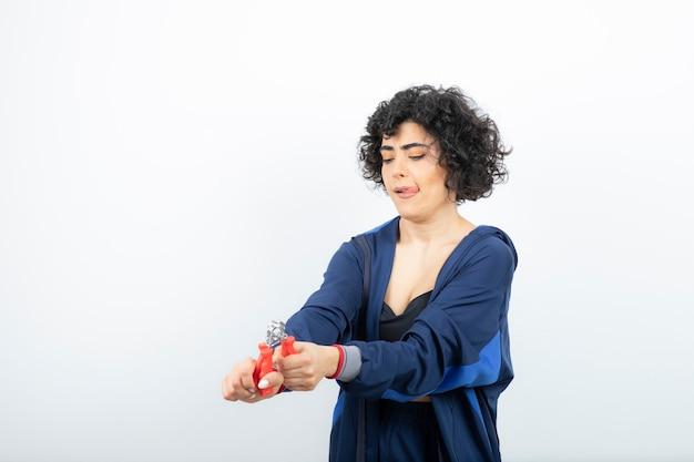 손 확장기와 훈련하는 아름 다운 스포티 한 여자.