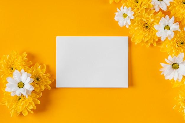 空のカードと美しい春の花の構成