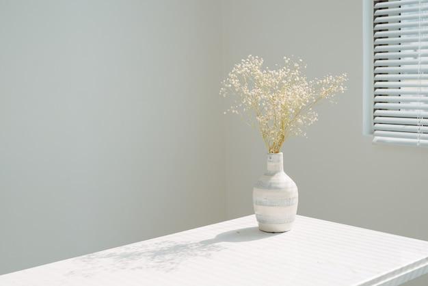 ウィンドウの背景の上に花瓶の美しい春の花。