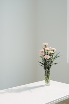 Красивые весенние цветы в вазе на фоне окна.