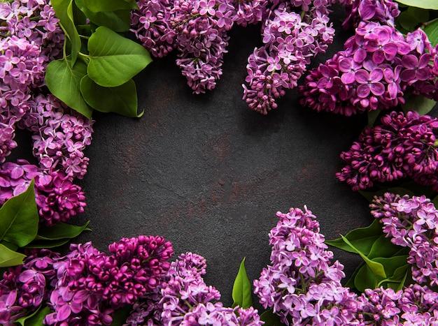 テキストのための場所と暗い石の背景に美しい春の花ライラック。尋常性シリンガ。幸せな母の日のグリーティングカード。上面図。スペースをコピーします。