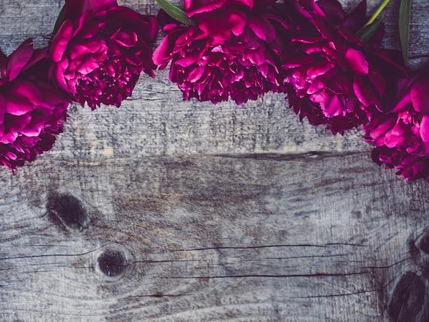 Красивые, весенние цветы лежали на ветхих досках