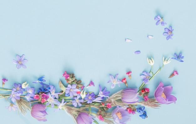 파란색 표면에 아름 다운 봄 꽃