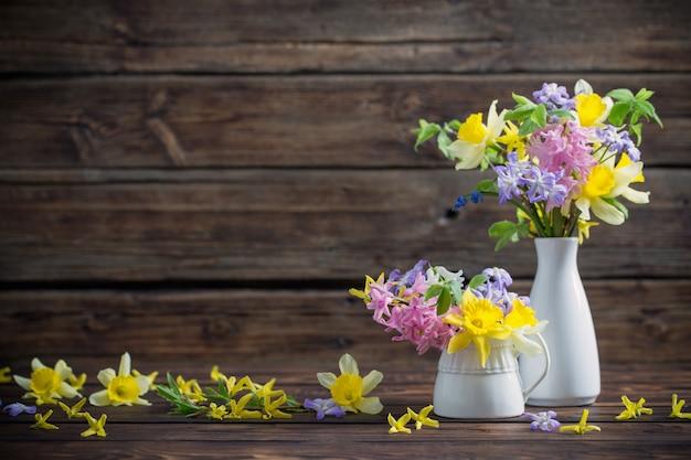 어두운 오래 된 나무 바탕에 아름 다운 봄 꽃