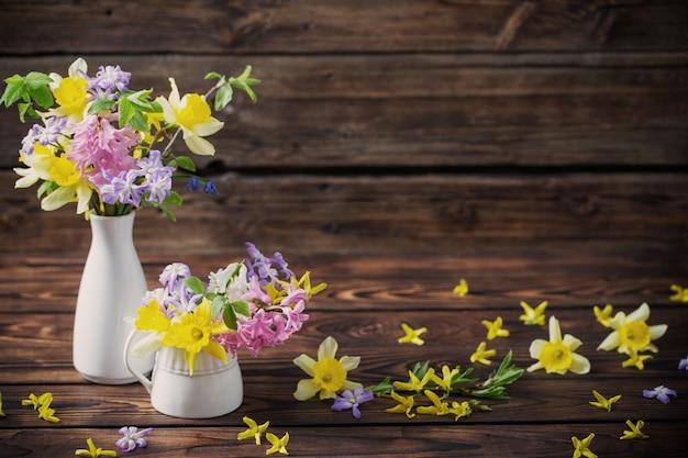 暗い古い木製の背景に美しい春の花