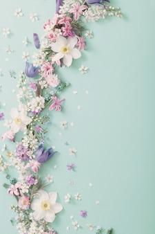 Красивые весенние цветы на фоне зеленой бумаги