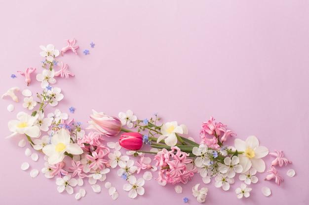 紙の背景に美しい春の花