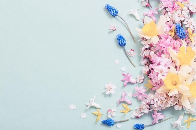 Красивые весенние цветы на бумажном фоне