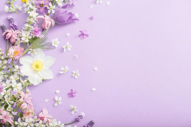 Красивые весенние цветы на бумаге