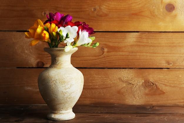 木製空間の美しい春の花