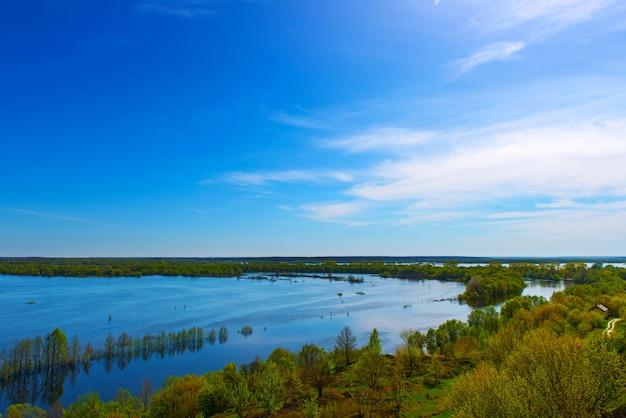 아름다운 봄 풍경. 언덕에서 홍수의 놀라운 전망. 유럽. 우크라이나. 흰 구름과 인상적인 푸른 하늘. 우크라이나. 유럽