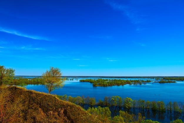 아름다운 봄 풍경. 언덕에서 홍수의 놀라운 전망. 유럽. 우크라이나. 흰 구름과 인상적인 푸른 하늘