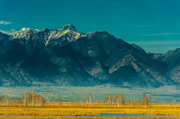 Красивый весенний пейзаж западных саян.