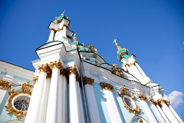 Красивый андреевский собор в истории киева, сделанный в украине весной