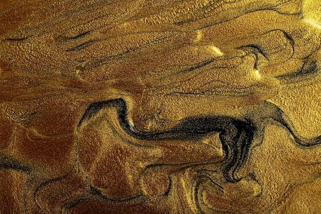 Красивые пятна жидкого лака для ногтей, техника флюид-арт. золотой мраморный фон.