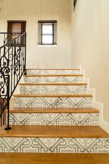 검은 손잡이와 아름다운 계단 단계