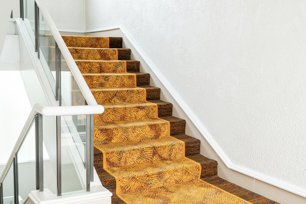 Красивая ступенька с ковром