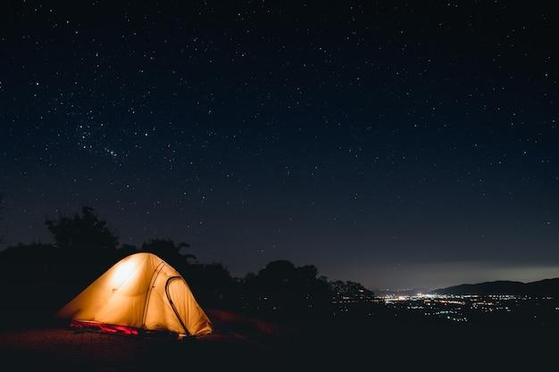 아름다운 별이 빛나는 밤. 어두운 저녁에 높은 산에서 사진을 찍습니다. 장 노출 셔터 속도 및 고감도 사진.