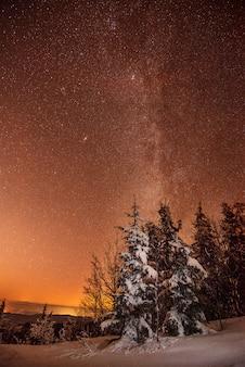 Красивое звездное небо в розовых оранжевых тонах