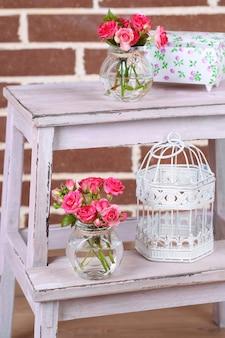 Красивый натюрморт с маленькими розовыми розами