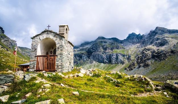 アルプス山脈の美しい石造りのチャペル