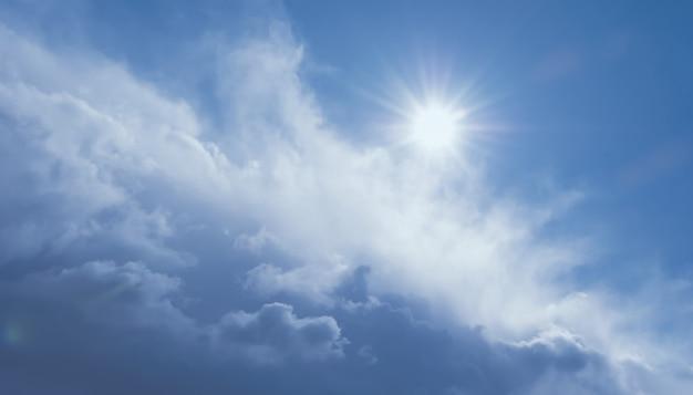 Красивые грозовые облака, голубое небо и солнце, прояснение неба после дождя